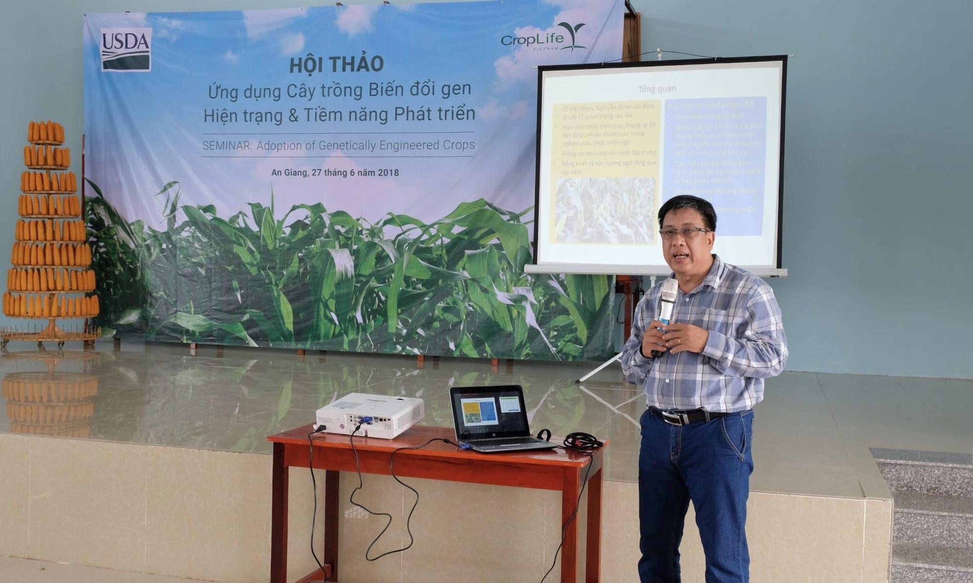 Ông Lê Thanh Tùng - Phó phòng Cây lương thực - VP Phía Nam, Cục trồng trọt, Bộ NN & PTNT trình bày về tình hình ứng dụng ngô biến đổi gen tại Việt Nam.