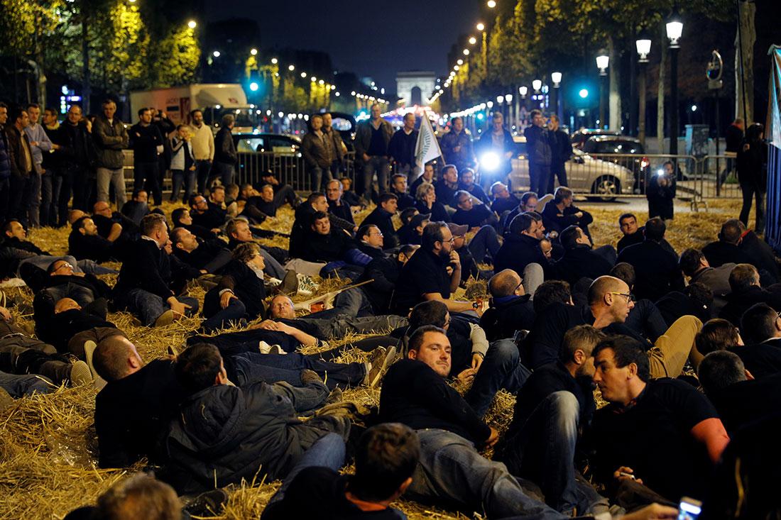 Tháng 9 vừa qua, nông dân Pháp đã tổ chức một cuộc biểu tình trên đại lộ Champs Elysees ở Paris, Pháp để phản đối lệnh cấm glyphosate. REUTERs/ Philippe Wojazer
