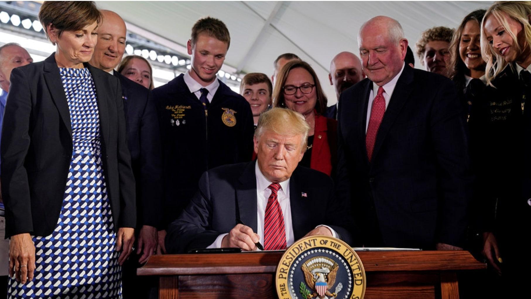 Ảnh: Tổng thống Mỹ Donald Trump vừa ký thông qua lệnh về tinh giản quy trình cấp phép cho cây trồng biến đổi gen (Reuters)